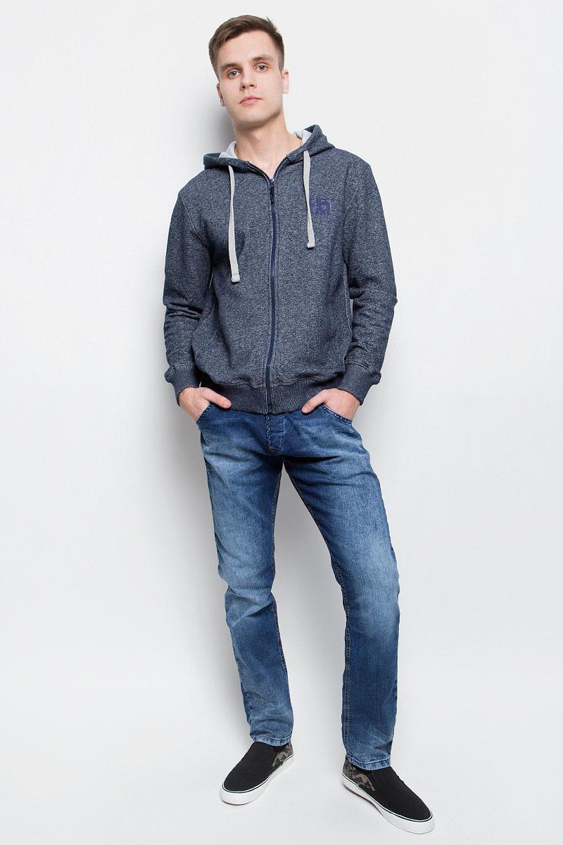Джинсы265106_09624Мужские джинсы F5 выполнены из высококачественного эластичного хлопка с добавлением полиэстера. Слегка зауженные книзу джинсы стандартной посадки имеют широкую эластичную резинку на поясе и дополнены шлевками для ремня. Объем талии регулируется при помощи шнурка-кулиски. Джинсы имеют классический пятикарманный крой: спереди модель дополнена двумя втачными карманами и одним маленьким накладным кармашком, а сзади - двумя накладными карманами. Модель украшена декоративными потертостями.