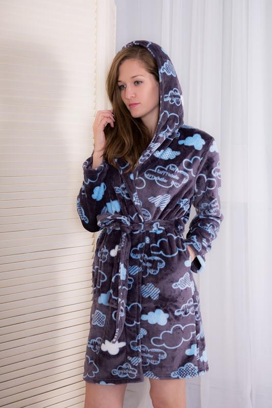 Халат160122 3308Женский халат Vienettas Secret выполнен из 100% полиэстера. Материал мягкий, пушистый, приятный на ощупь. Модель имеет длинные рукава, длину выше колена, капюшон и пояс. По бокам расположены два кармана. Модель не стесняет движений и комфортна для домашней носки. Халат дополнен принтом в виде облаков.