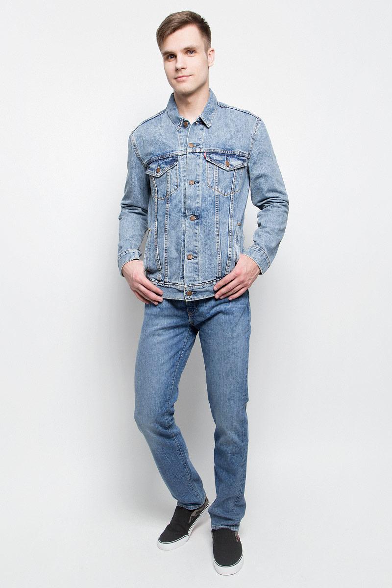 Куртка7233401460Мужская джинсовая куртка Levis® c длинными рукавами и отложным воротником выполнена из натурального хлопка. Модель застегивается на пуговицы спереди. Изделие имеет два нагрудных втачных кармана с клапанами на пуговицах и два открытых втачных кармана спереди. Манжеты рукавов застегиваются на пуговицы.