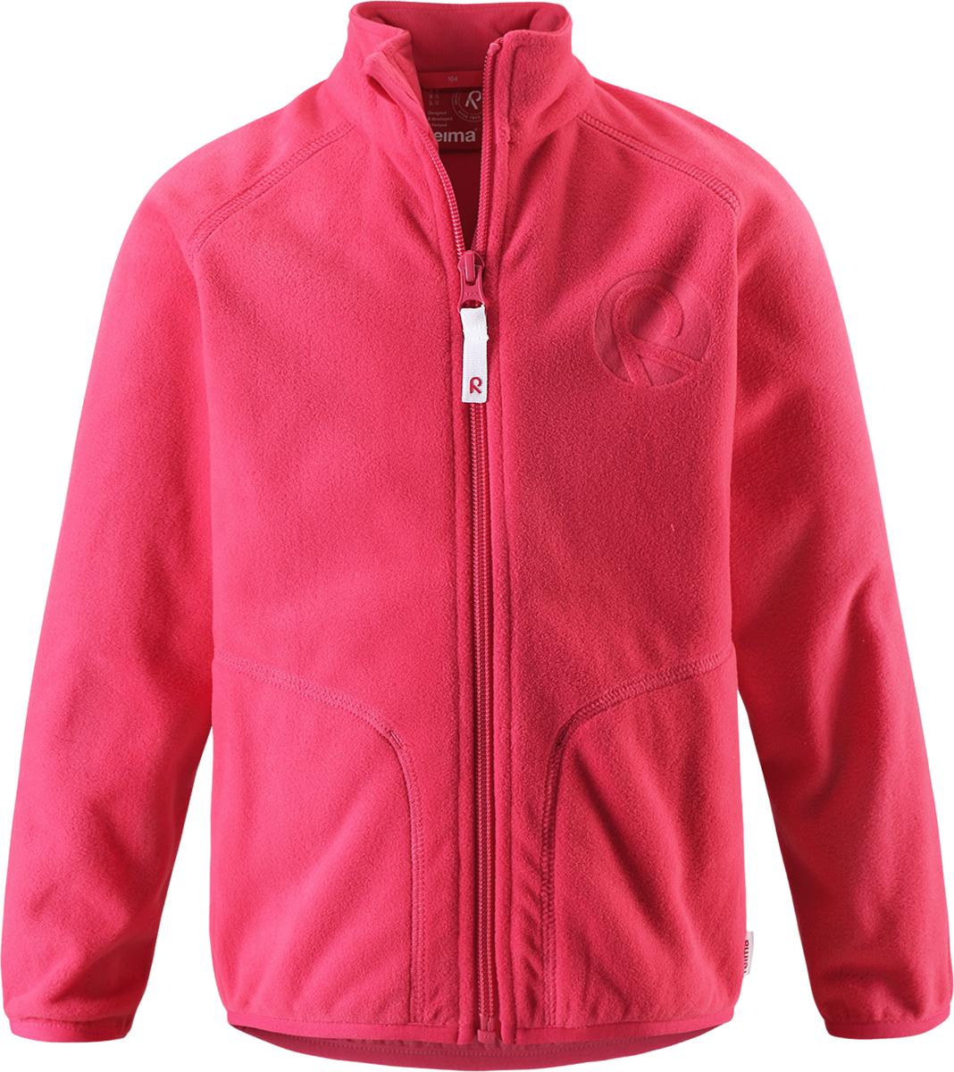 Толстовка5262503360Детская флисовая толстовка Reima на прохладный день. Можно использовать как верхнюю одежду в сухую погоду весной и осенью или поддевать в качестве промежуточного слоя в холода. Обратите внимание на удобную систему кнопок Play Layers, с помощью которой легко присоединить кофту к одежде из серии Reima Play Layers и обеспечить ребенку дополнительное тепло и комфорт. Высококачественный флис - это теплый, легкий и быстросохнущий материал, он идеально подходит для активных прогулок. Удлиненная спинка обеспечивает дополнительную защиту для поясницы, а молния во всю длину с защитой для подбородка облегчает надевание.