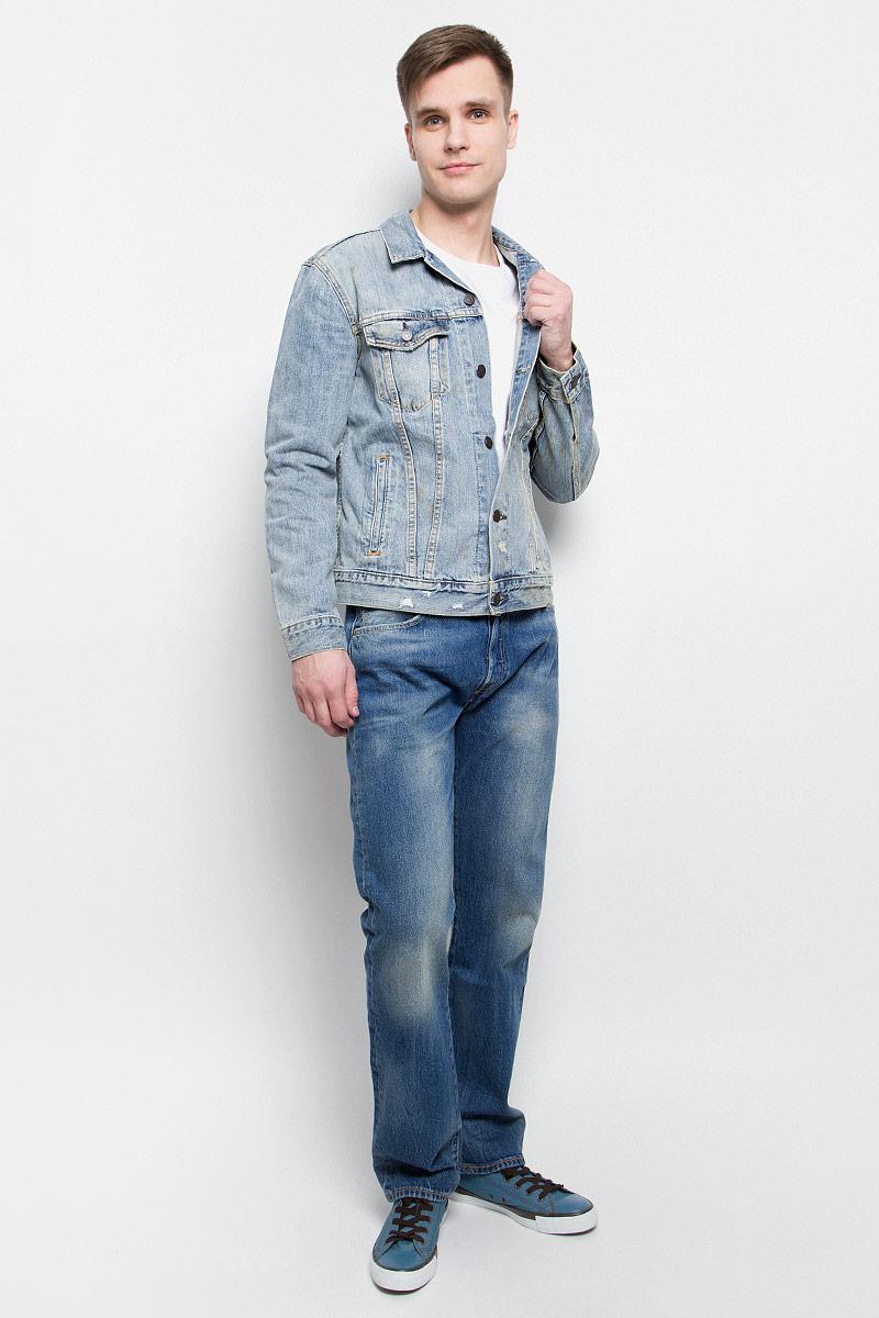 Куртка7233401950Мужская джинсовая куртка Levis® c длинными рукавами и отложным воротником выполнена из натурального хлопка. Модель застегивается на пуговицы спереди. Изделие имеет два нагрудных прорезных кармана с клапанами на пуговицах и два открытых прорезных кармана спереди. Манжеты рукавов застегиваются на пуговицы.