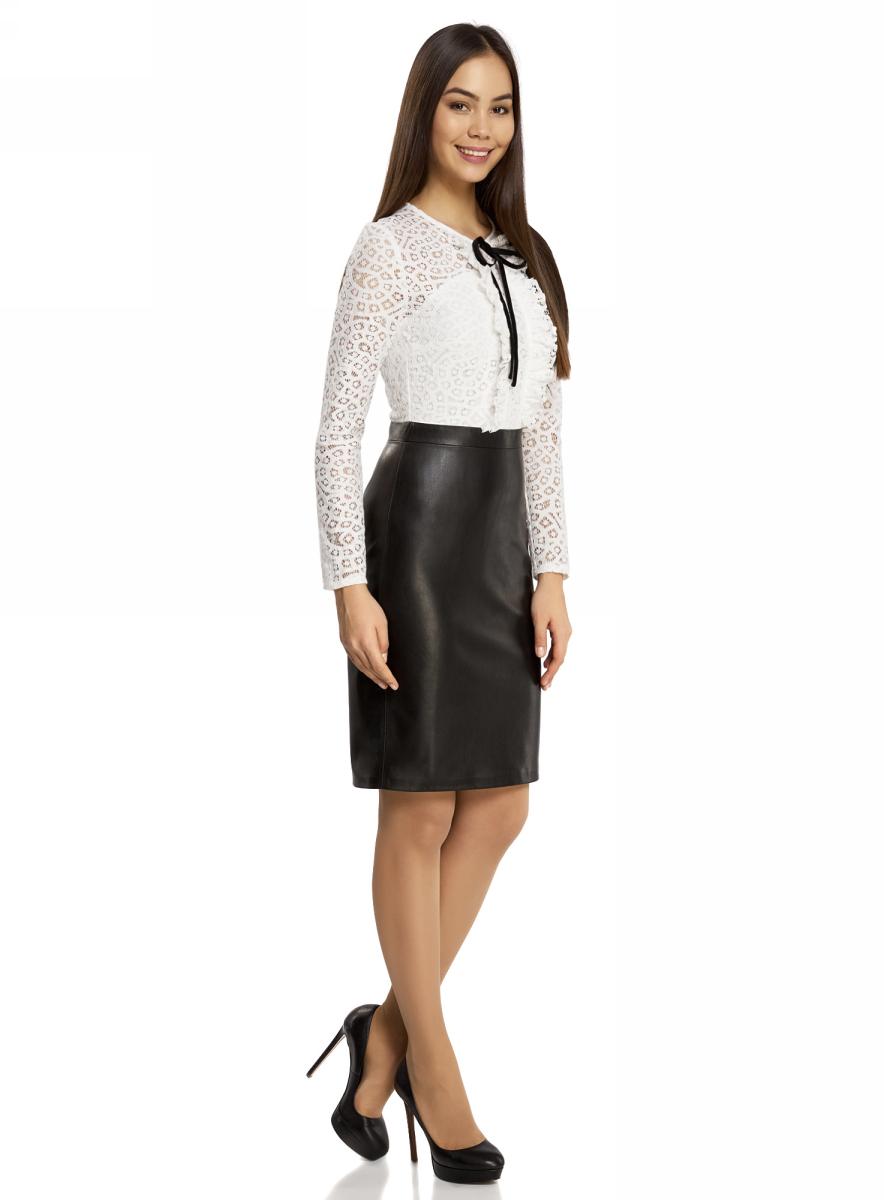 Платье21913014/45945/2912BКомбинированное платье oodji Ultra - стильный вариант не только для офиса, но и для любого мероприятия. Модель средней длины с имитацией 2 в 1 стилизована под блузку с юбкой. Верх платья с круглым вырезом горловины и длинными рукавами выполнен из кружевного материала и оформлен рюшами и бантиком. Низ платья выполнен из искусственной кожи и дополнен разрезом. Платье застегивается на скрытую застежку-молнию по спинке.