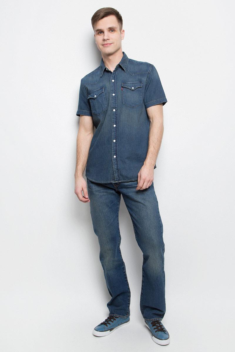 Рубашка2197800270Мужская джинсовая рубашка Levis® выполнена из натурального хлопка. Рубашка с короткими рукавами и отложным воротником застегивается на кнопки и пуговицу спереди. На груди расположены два накладных кармана с клапанами на кнопках.
