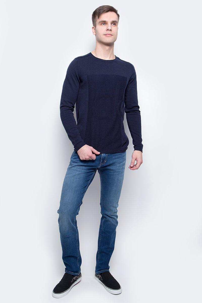 ДжемперJ30J304655_4020Джемпер мужской Calvin Klein Jeans выполнен из натурального хлопка. Модель с круглым вырезом и длинными рукавами декорирована рельефным логотипом бренда. Горловина, манжеты и низ изделия связаны трикотажной резинкой, швы на плечах выполнены наружу.