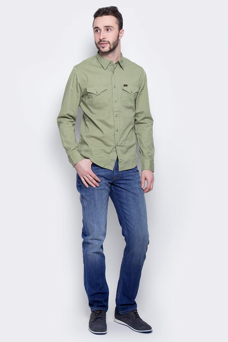 ДжинсыL732AAUIМодные мужские джинсы Lee Arvin - джинсы высочайшего качества на каждый день, которые прекрасно сидят. Модель прямого кроя и стандартной посадки изготовлена из эластичного хлопка. Застегиваются джинсы на пуговицу на поясе и ширинку на молнии, также имеются шлевки для ремня. Спереди модель дополнена двумя втачными карманами и одним небольшим накладным кармашком, а сзади - двумя накладными карманами. Оформлено изделие эффектом потертости, металлическими клепками с логотипом бренда, контрастной прострочкой, перманентными складками и фирменной нашивкой на поясе. Эти стильные и в то же время комфортные джинсы послужат отличным дополнением к вашему гардеробу. В них вы всегда будете чувствовать себя уютно и комфортно.