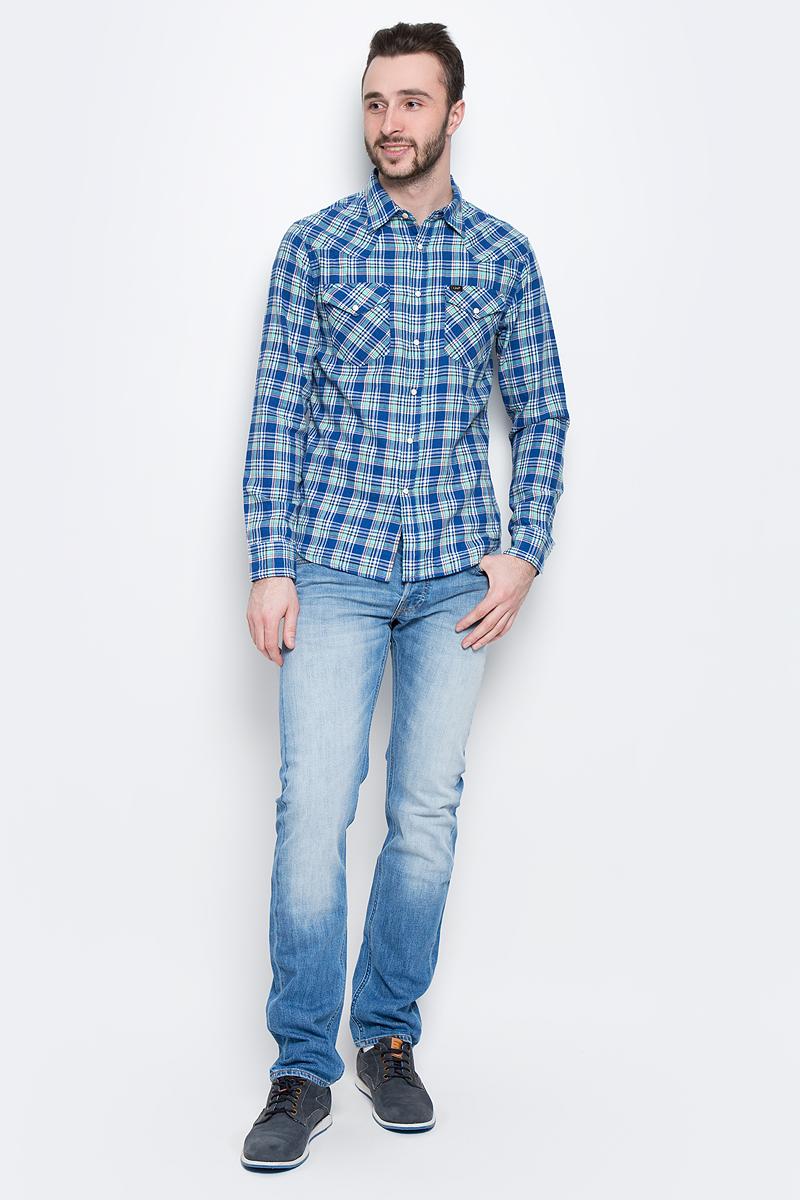РубашкаL643IASFМужская рубашка Lee выполнена из натурального хлопка. Рубашка с длинными рукавами и отложным воротником застегивается на кнопки и пуговицу спереди. Манжеты рукавов также застегиваются на кнопки и пуговицы. Рубашка оформлена принтом в клетку. На груди расположены два накладных кармана с клапанами на кнопках.