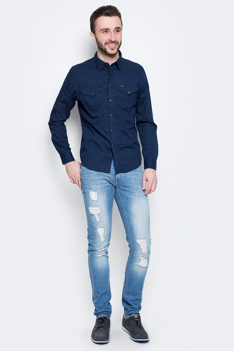 L644IBPSСтильная мужская рубашка Lee Western Shirt изготовлена из натурального хлопка. Модель с отложным воротником и длинными рукавами застегивается спереди на пуговицу и металлические кнопки. Манжеты на рукавах также оснащены застежками-кнопками. Дополнена рубашка двумя накладными карманами с клапанами на кнопках.