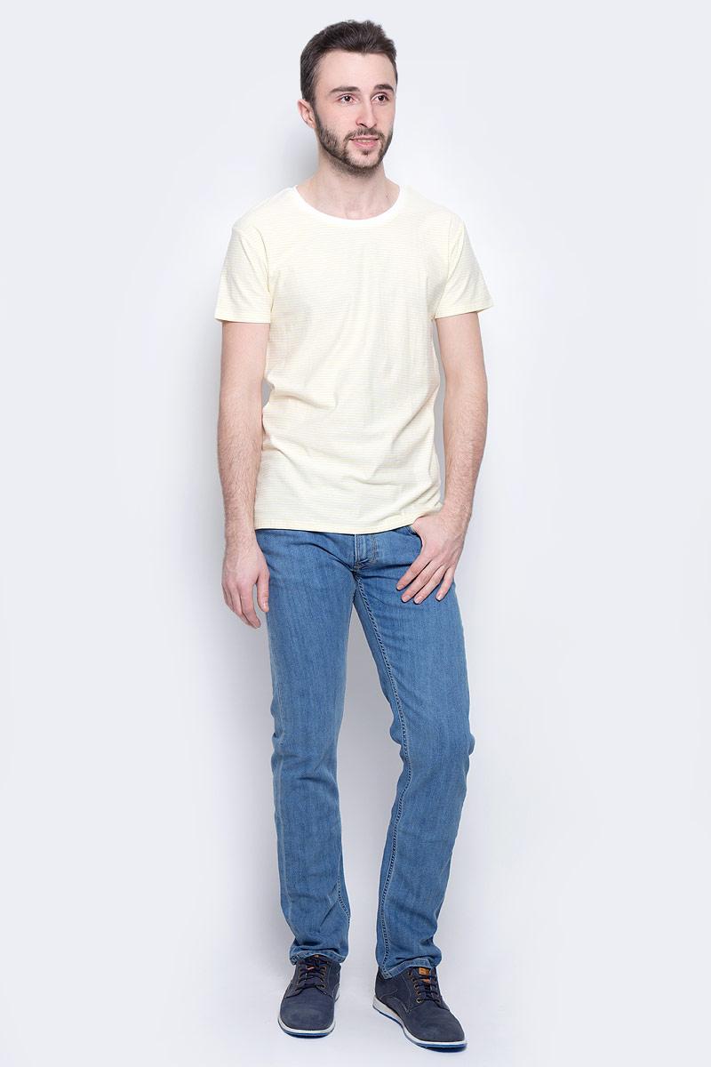 ДжинсыL707ACHNМужские джинсы Lee Daren Zip Fly выполнены из высококачественного хлопка с добавлением эластомультиэстера. Прямые джинсы стандартной посадки застегиваются на пуговицу в поясе и ширинку на застежке-молнии, дополнены шлевками для ремня. Джинсы имеют классический пятикарманный крой: спереди модель дополнена двумя втачными карманами и одним маленьким накладным кармашком, а сзади - двумя накладными карманами. Джинсы украшены декоративными потертостями.