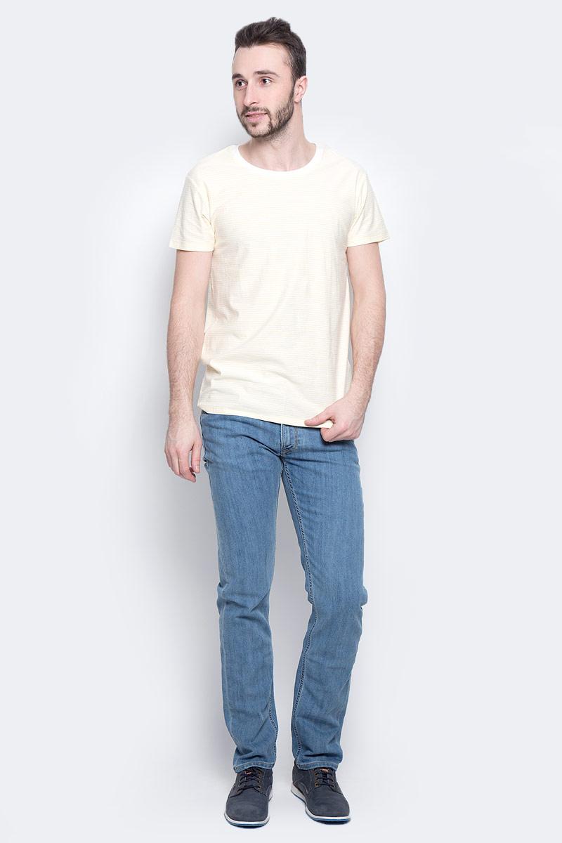 ФутболкаL60IOJAYСтильная мужская футболка Lee Stripe изготовлена из натурального хлопка. Модель с круглым вырезом горловины и короткими рукавами оформлена принтом в полоску. Вырез горловины дополнен трикотажной эластичной бейкой.