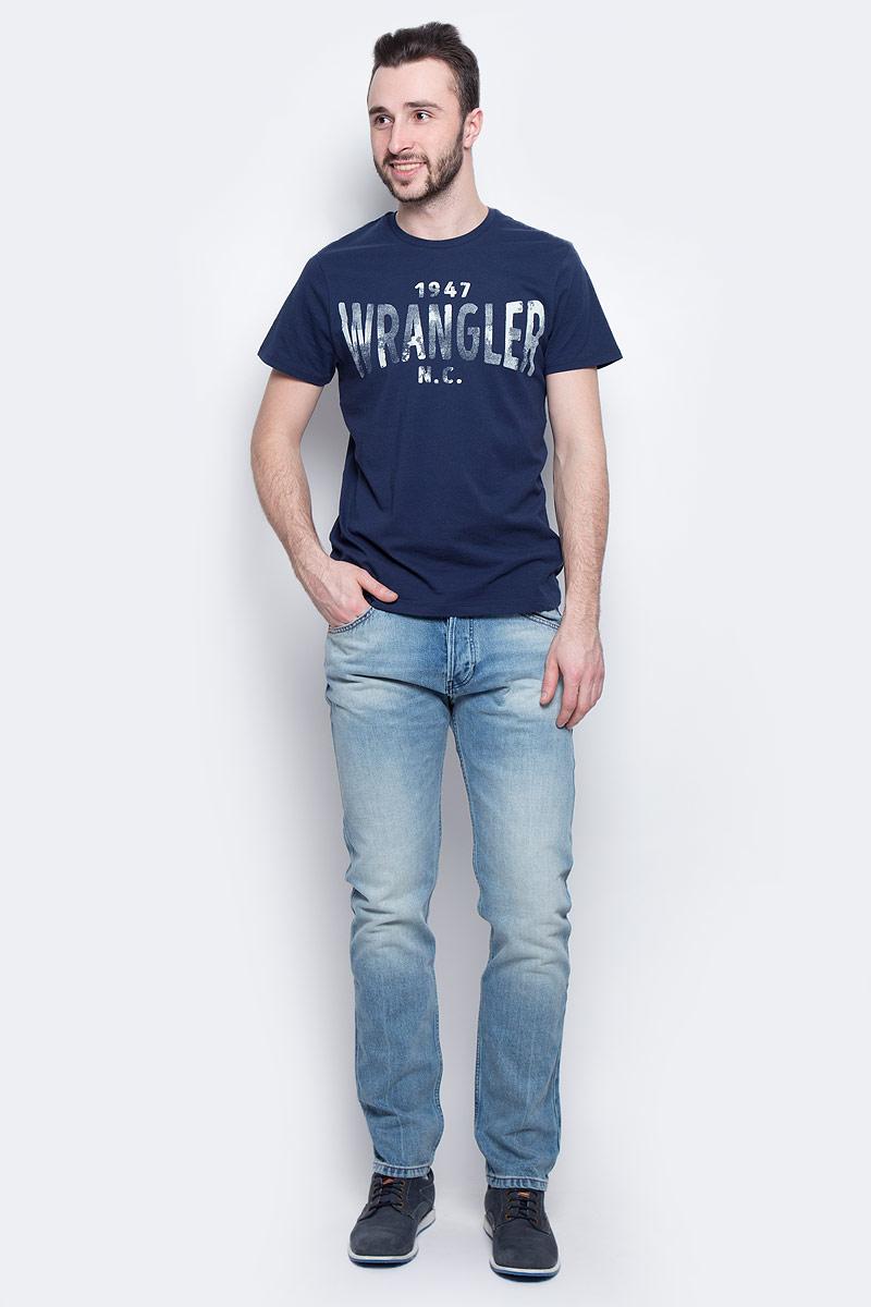 ФутболкаW7A51FK47Стильная мужская футболка Wrangler S/S Wrangler изготовлена из натурального хлопка. Модель с круглым вырезом горловины и короткими рукавами оформлена принтом с надписями.