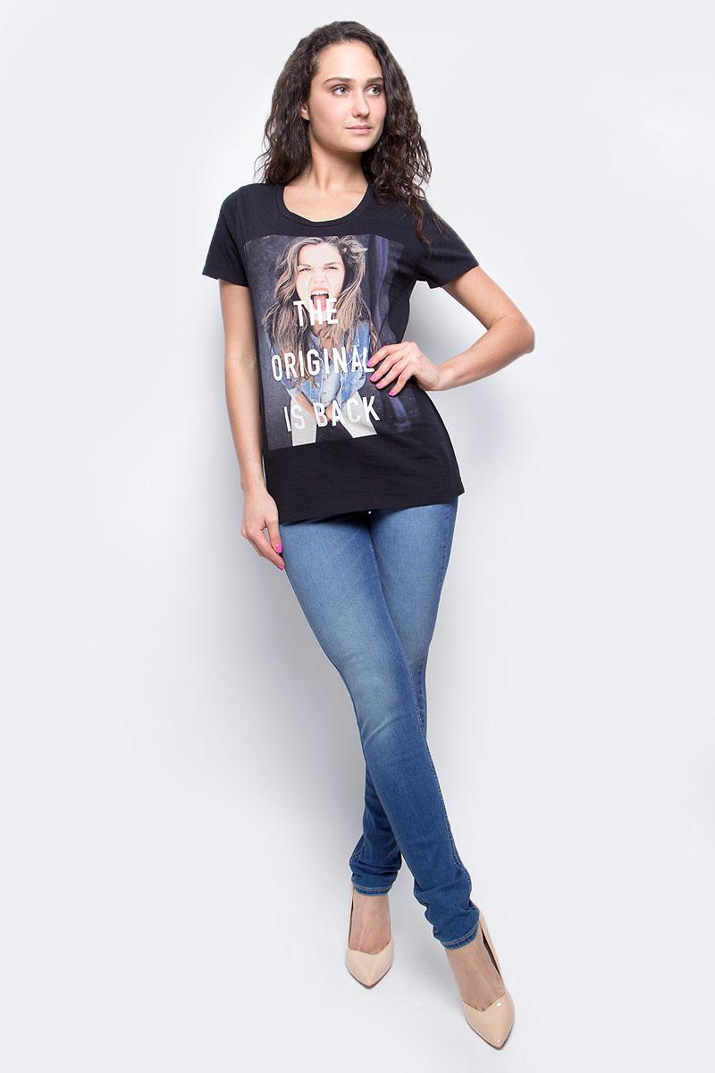 ФутболкаL40GEP01Женская футболка Lee изготовлена из высококачественного натурального хлопка. Модель с короткими рукавами и круглым вырезом горловины украшена крупным принтом с изображением фотографии девушки и надписью The Original Is Back.
