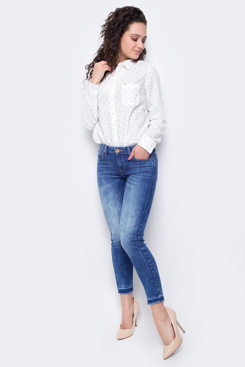 L526PFOKУкороченные женские джинсы Lee Scarlett выполнены из высококачественного эластичного хлопка с добавлением полиэстера. Джинсы-скинни стандартной посадки застегиваются на пуговицу в поясе и ширинку на застежке-молнии, дополнены шлевками для ремня. Джинсы имеют классический пятикарманный крой: спереди модель дополнена двумя втачными карманами и одним маленьким накладным кармашком, а сзади - двумя накладными карманами. Джинсы украшены декоративными потертостями, низ брючин имеет эффект необработанного края.
