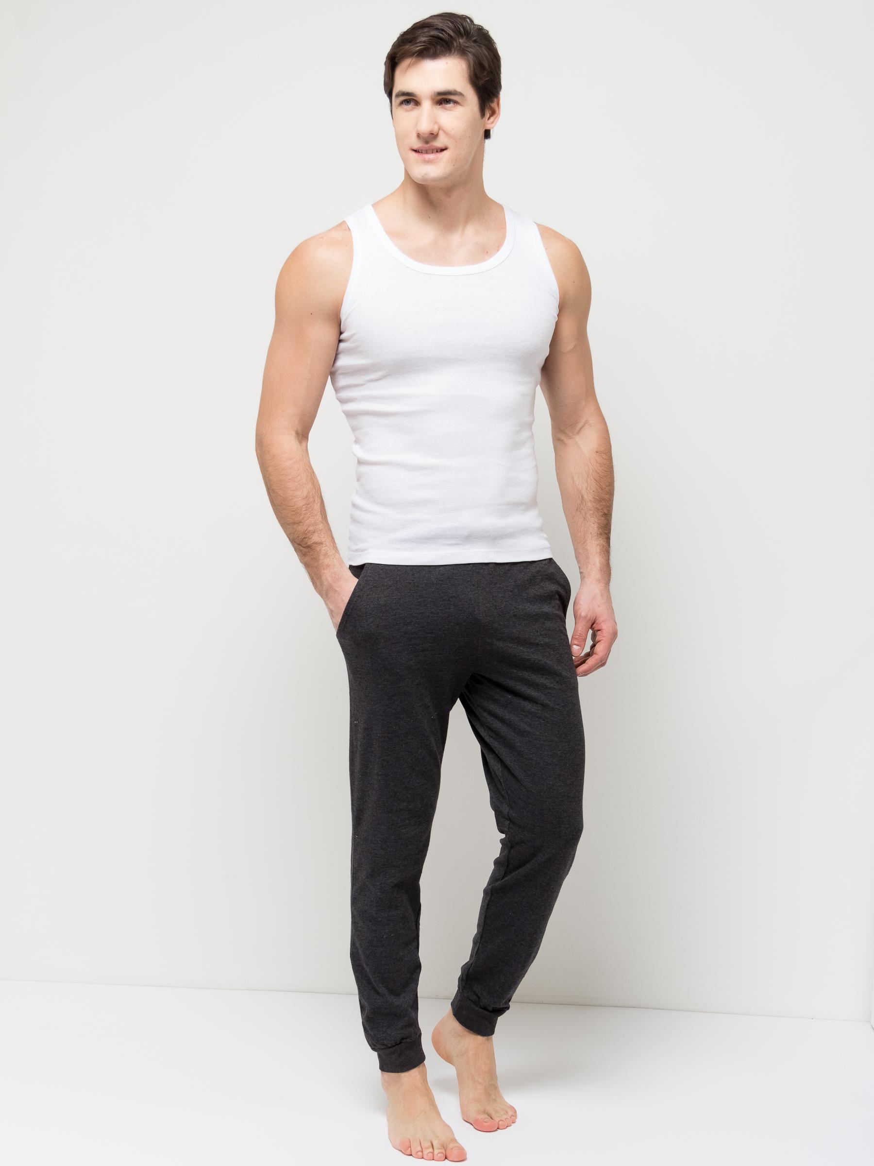 Брюки для домаPH-265/008-7101Удобные домашние брюки для мужчин Sela выполнены из качественного хлопкового материала. Брюки полуприлегающего кроя и стандартной посадки на талии имеют широкий пояс на мягкой резинке, дополнительно регулируемый шнурком. Низ брючин дополнен мягкими трикотажными манжетами. Модель дополнена двумя втачными карманами спереди и накладным карманом сзади.