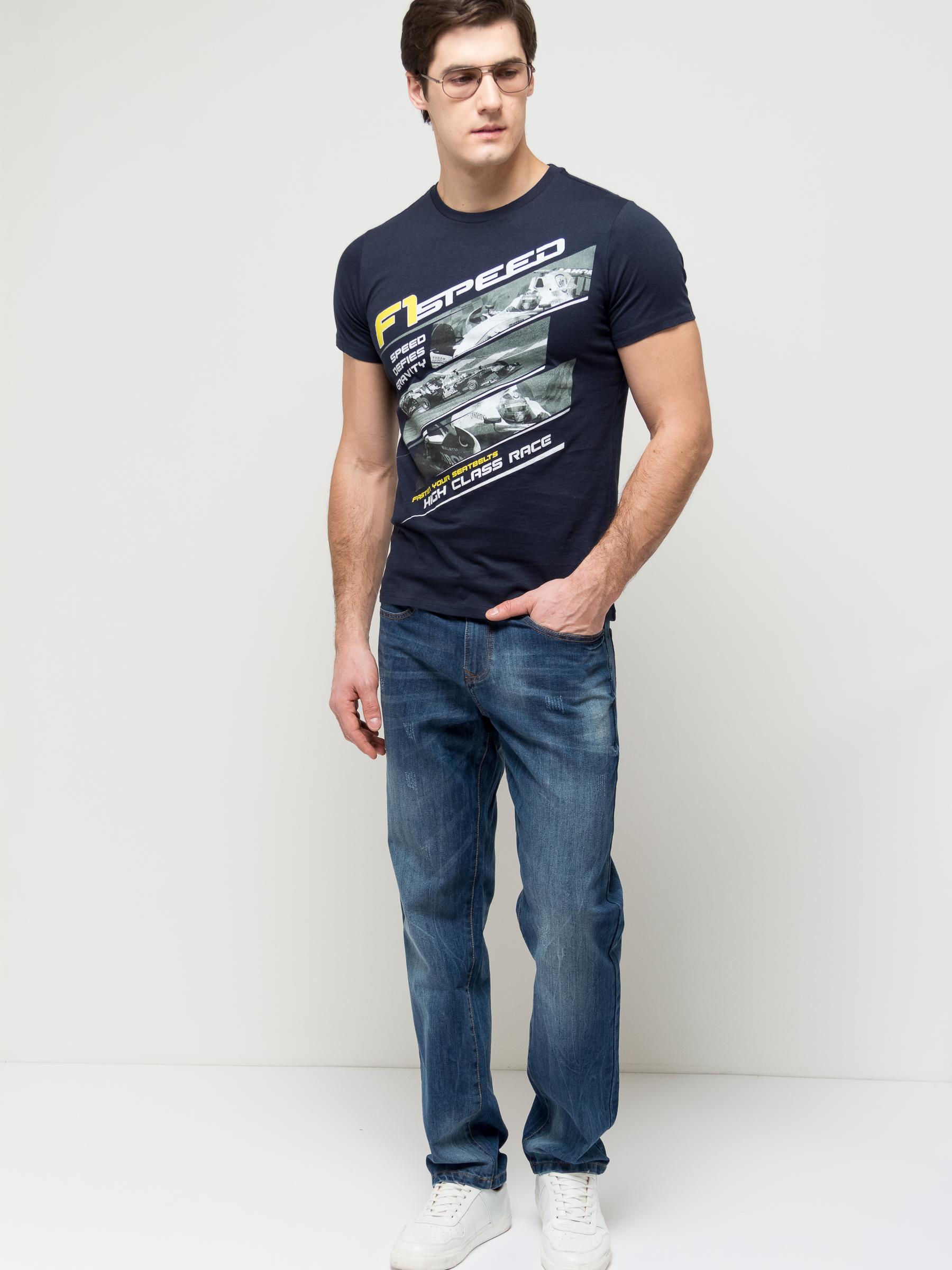 ДжинсыPJ-235/1081-7161Стильные мужские джинсы Sela, изготовленные из качественного хлопкового материала с потертостями, станут отличным дополнением гардероба. Джинсы прямого кроя и стандартной посадки на талии застегиваются на застежку-молнию и пуговицу. На поясе имеются шлевки для ремня. Модель представляет собой классическую пятикарманку: два втачных и накладной карманы спереди и два накладных кармана сзади.