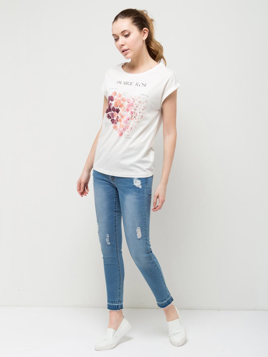 ФутболкаTs-311/1125-7112Стильная женская футболка Sela станет отличным дополнением к гардеробу каждой модницы. Модель полуприлегающего силуэта изготовлена из качественного хлопкового материала и оформлена ярким цветочным принтом. Воротник дополнен мягкой эластичной бейкой. Универсальный цвет позволяет сочетать модель с любой одеждой.