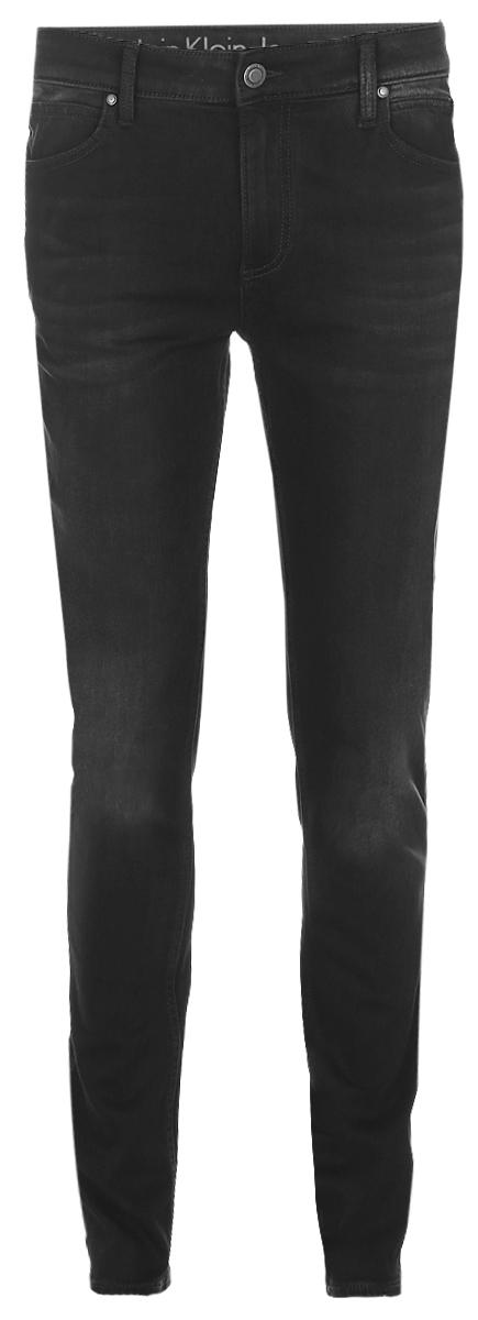 ДжинсыJ30J304308_9014Мужские джинсы Calvin Klein Jeans выполнены из высококачественного эластичного хлопка с добавлением эластомультиэстера. Джинсы-слим стандартной посадки застегиваются на пуговицу в поясе и ширинку на застежке-молнии, дополнены шлевками для ремня. Джинсы имеют классический пятикарманный крой: спереди модель дополнена двумя втачными карманами и одним маленьким накладным кармашком, а сзади - двумя накладными карманами. Модель украшена перманентными складками.