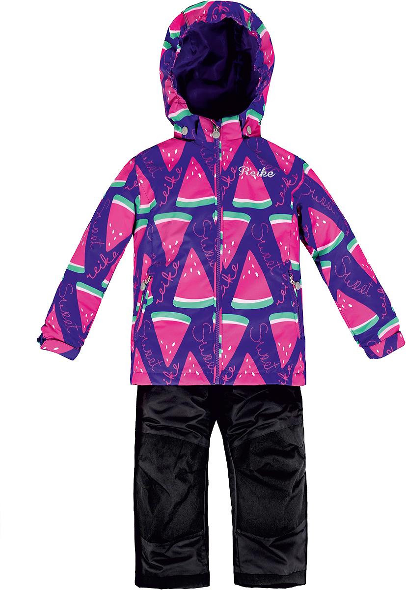 Комплект верхней одежды36 937 001_Watermelon whiteКомплект для девочки Reike Арбуз, состоящий из куртки и полукомбинезона, выполнен из ветрозащитного, водонепроницаемого, дышащего и износостойкого материала, декорированного ярким принтом с дольками арбуза. Все швы комплекта проклеены, чтобы вода или влага не попали внутрь. Микрофлис на внутренней стороне куртки обеспечит дополнительное тепло и комфорт. Куртка дополнена съемным регулирующимся капюшоном с полосками светоотражателя, двумя карманами на молнии и утяжкой по низу. Внутренняя ветрозащитная планка со светоотражающей полоской вдоль молнии не допускает проникновения холодного воздуха. Манжеты рукавов на резинке дополнительно регулируются липучками. На груди куртка украшена серебристой вышивкой. Полукомбинезон имеет завышенную талию и регулируемые подтяжки, что гарантирует удобную посадку по фигуре. Колени, задняя поверхность бедер и низ брюк дополнительно усилены сверхпрочным материалом. Полукомбинезон оснащен светоотражателями, двумя боковыми карманами на молнии и...