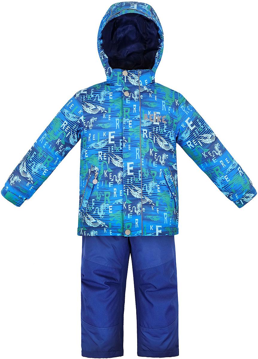Комплект верхней одежды36 942 220_Dragons blueКомплект для мальчика Reike Драконы, состоящий из куртки и полукомбинезона, выполнен из ветрозащитного, водонепроницаемого, дышащего и износостойкого материала, декорированного ярким принтом с драконами. Все швы комплекта проклеены, чтобы вода или влага не попали внутрь. Подкладка куртки из микрофлиса обеспечит дополнительное тепло и комфорт. Манжеты рукавов утягиваются липучками. Модель дополнена съемным капюшоном с полосками светоотражателя, двумя карманами на молнии и регулирующейся утяжкой по низу. Ветрозащитные планки на липучках вдоль молнии со светоотражающими полосками не допускают проникновения холодного воздуха. Завышенная талия и регулируемые подтяжки полукомбинезона гарантируют удобную посадку по фигуре. Колени, задняя поверхность бедер и низ брюк дополнительно упрочнены сверхпрочным материалом. Брюки оснащены светоотражателями, двумя боковыми карманами на молнии и регулятором длины. Особенности комплекта: - технологический уровень; -...