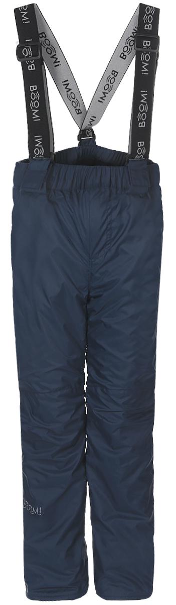 Брюки утепленные70030_BOB_вар.1Утепленные брюки для мальчика Boom! прямого кроя и стандартной посадки изготовлены из водонепроницаемой и ветрозащитной мембранной ткани на основе полиэстера, подкладка выполнена из мягкого флиса. Брюки дополнены широкой эластичной резинкой на поясе. Объем талии регулируется при помощи внутренней эластичной резинки с пуговицами. Брюки оснащены съемными эластичными подтяжками на липучках. Изделие дополнено двумя втачными карманами спереди. Модель оформлена светоотражающими полосками. Уважаемые клиенты! Просим обратить ваше внимание, что брюки до 122 размера комплектуются регулируемыми подтяжками. Начиная со 128 размера, брюки застегиваются на кнопку и имеют ширинку на застежке-молнии.