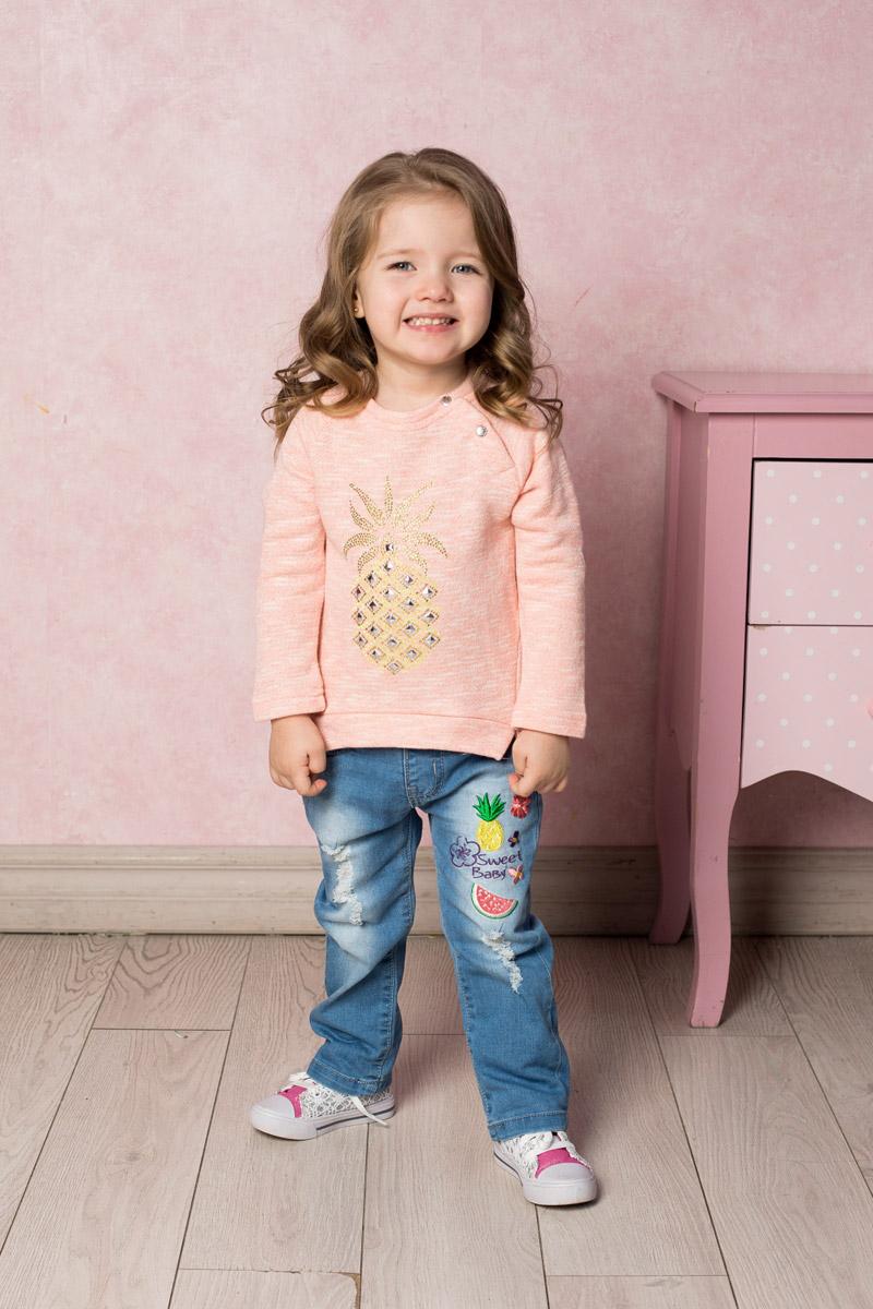 Джинсы712086Стильные джинсы для девочки Sweet Berry выполнены из эластичного хлопка с эффектом потертости и разрывов и оформлены яркой вышивкой. Джинсы зауженного кроя и стандартной посадки на талии застегиваются на пуговицу и имеют ширинку на застежке-молнии. Модель представляет собой классическую пятикарманку: два втачных и один маленький накладной кармашек спереди и два накладных кармана сзади. На поясе имеются шлевки для ремня. С внутренней стороны пояс дополнен вшитыми эластичными лентами, регулирующими посадку по талии.