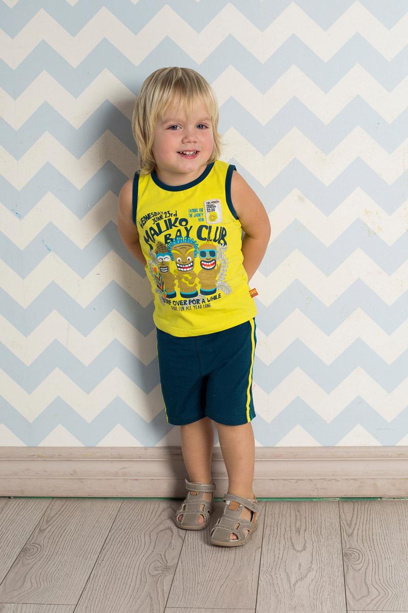Комплект одежды711022Яркий комплект для мальчика Sweet Berry, изготовленный из качественного эластичного хлопка, состоит из майки и шорт. Майка декорирована оригинальным принтом, нашивкой и контрастными эластичными бейками по горловине и проймам. Удобные шорты прямого кроя имеют пояс на мягкой резинке, дополнительно регулируемый шнурком, и дополнены контрастными лампасами по бокам.