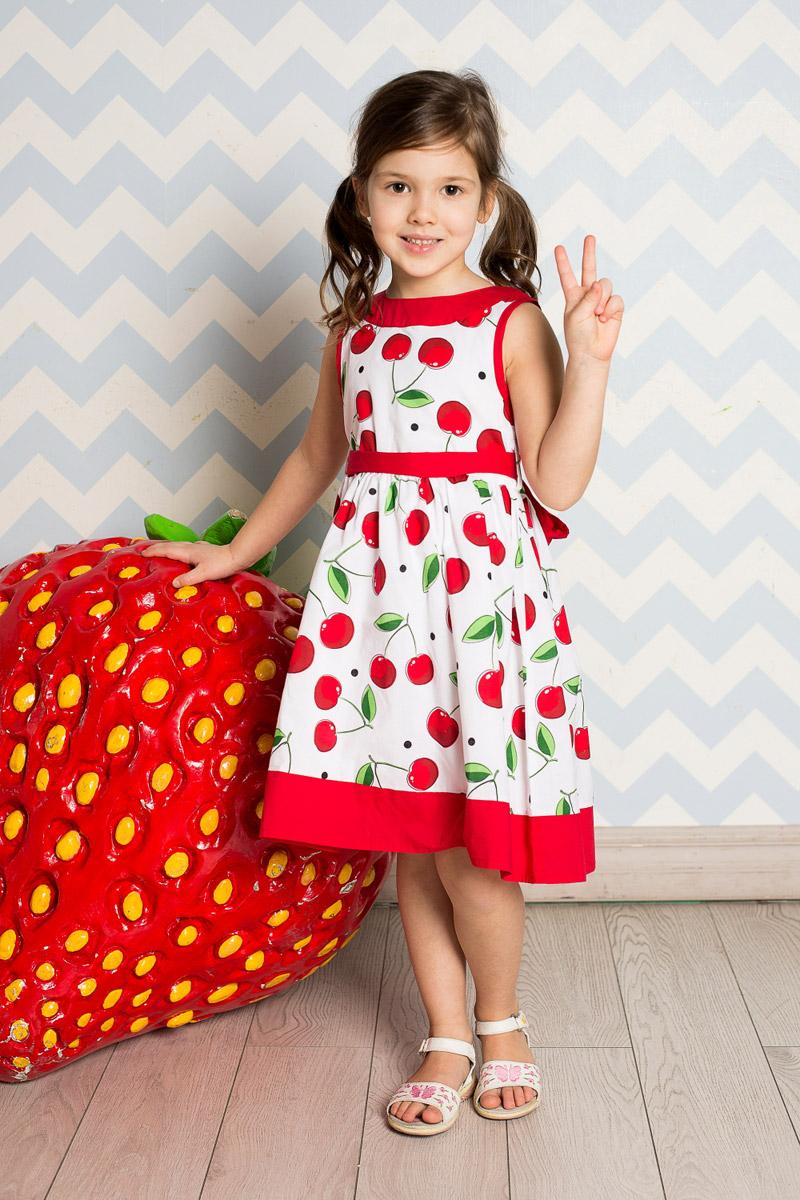 Платье714161Классическое платье для девочки Sweet Berry выполнено из натурального хлопка и оформлено принтом с изображением вишенок. Модель средней длины с пышной юбкой-солнцем застегивается сзади на потайную застежку-молнию. Линию талии подчеркивает текстильный поясок контрастного цвета, завязывающийся на бант. Горловина и низ платья декорированы контрастным материалом.