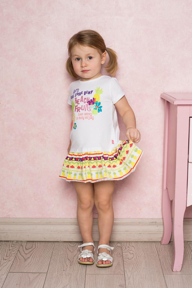 Платье712073Яркое платье для девочки Sweet Berry выполнено из качественного эластичного хлопка. Модель прямого кроя с контрастной юбкой-воланом и короткими рукавами-фонариками оформлена принтом с изображением фруктов и надписей. Круглый вырез горловины дополнен мягкой эластичной бейкой.