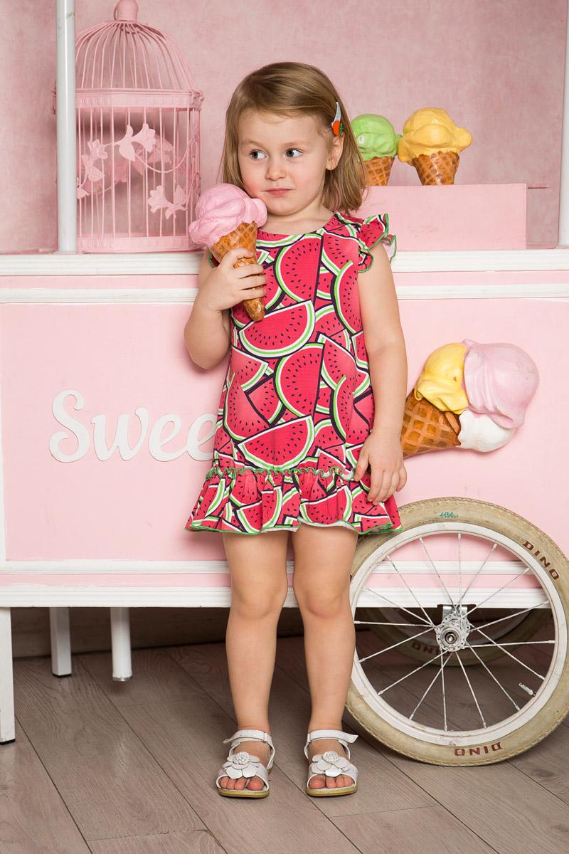 Платье712090Яркое платье для девочки Sweet Berry выполнено из качественного эластичного хлопка. Модель свободного кроя с юбкой-воланом и рукавами-крылышками оформлена принтом с изображением арбузов и контрастной строчкой.