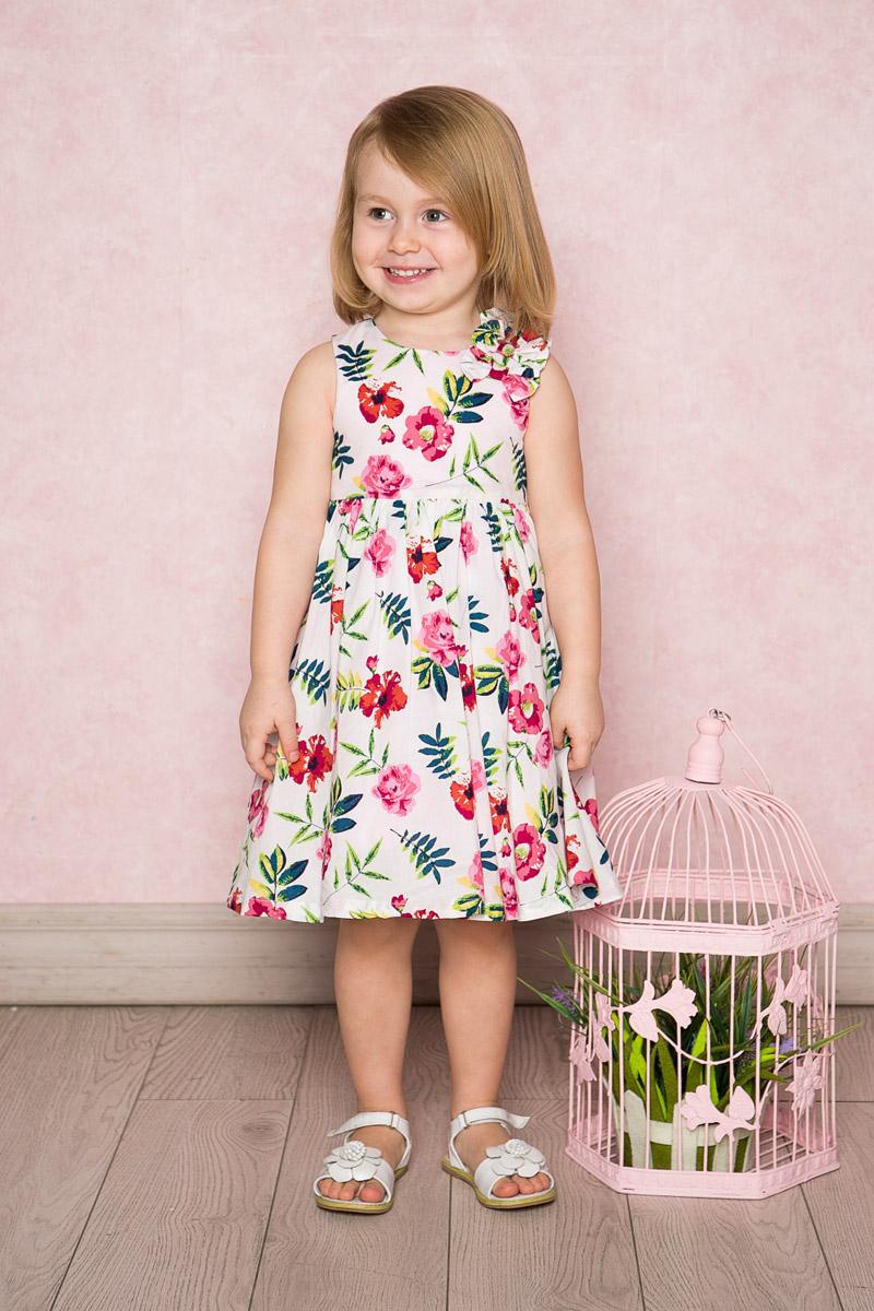 Платье712023Яркое платье для девочки Sweet Berry выполнено из натурального хлопка и оформлено цветочным принтом. Модель средней длины с пышной юбкой-солнцем на хлопковой подкладке застегивается сзади на потайную застежку-молнию. На плече платье декорировано объемными бантиками.
