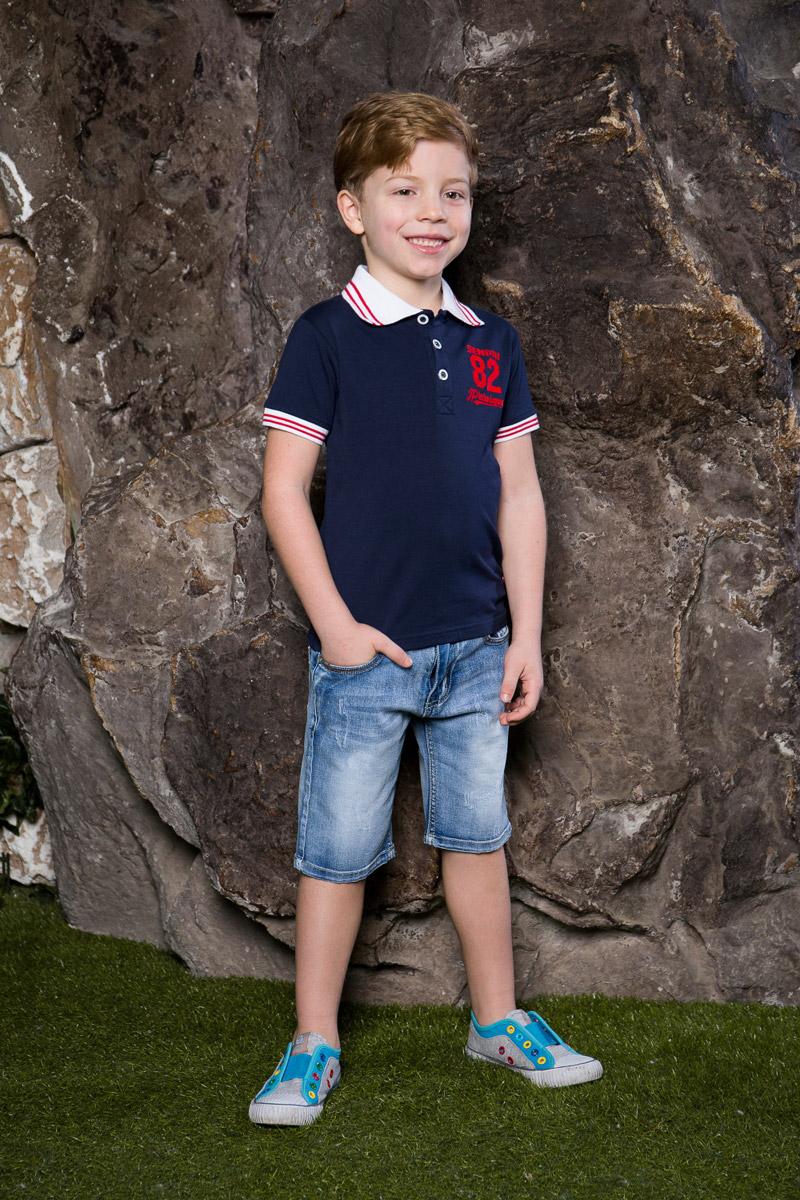 Поло713015Стильная футболка-поло для мальчика Sweet Berry, выполненная из качественного эластичного хлопка, станет отличным дополнением к детскому гардеробу. Модель свободного кроя застегивается на пуговицы и оформлена оригинальной вышивкой. Классический отложной воротничок и манжеты рукавов выполнены из материала контрастного цвета с яркими полосками.