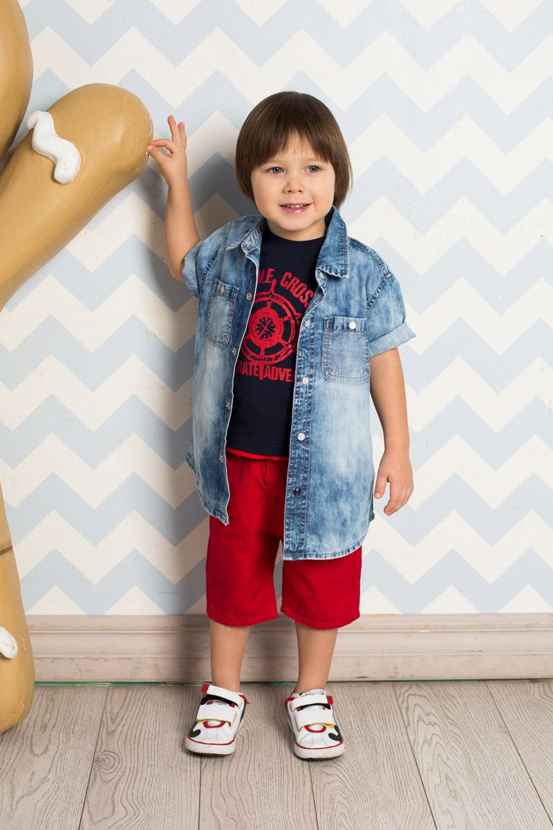 Рубашка711066Стильная рубашка для мальчика Sweet Berry, изготовленная из тонкого вареного джинсового материала, станет отличным дополнением к гардеробу вашего ребенка. Модель прямого кроя с короткими рукавами и отложным воротничком застегивается на кнопки и дополнена двумя накладными карманами на кнопках. Спинка декорирована оригинальным принтом.