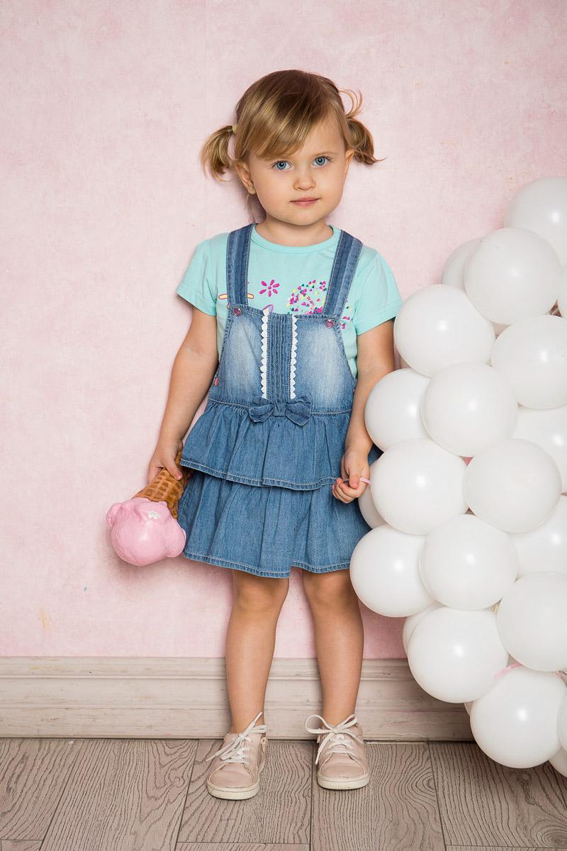 Сарафан712142Стильный сарафан для девочки Sweet Berry выполнен из тонкого джинсового материала с эффектом потертостей и оформлен контрастными рюшами. Модель А-силуэта средней длины по низу дополнена двумя большими воланами и бантиком на поясе. Застегивается изделие на кнопки.