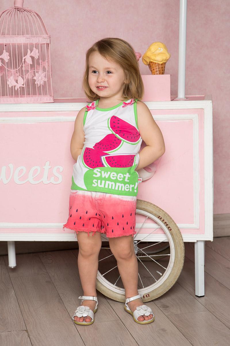 Топ712115Яркий топ для девочки Sweet Berry, выполненный из качественного эластичного хлопка, станет отличным дополнением к детскому гардеробу. Модель без рукавов с круглым вырезом горловины оформлена оригинальным принтом, бантиками и стразами. Воротник и проймы дополнены мягкой эластичной бейкой контрастного цвета.