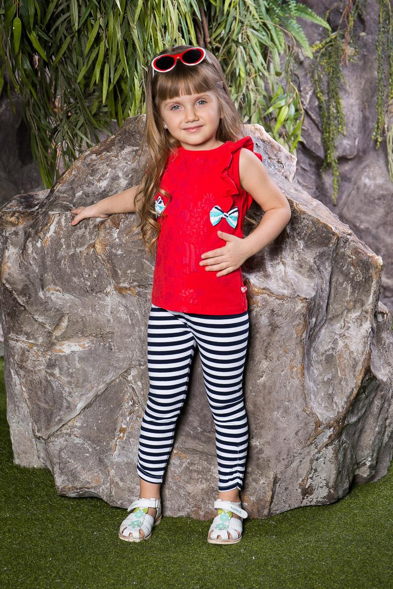 Топ714084Яркий топ для девочки Sweet Berry, выполненный из качественного эластичного хлопка, станет отличным дополнением к детскому гардеробу. Модель с круглым вырезом горловины оформлена воланами на плечах, бантами и цветочным принтом. Воротник дополнен мягкой эластичной бейкой.