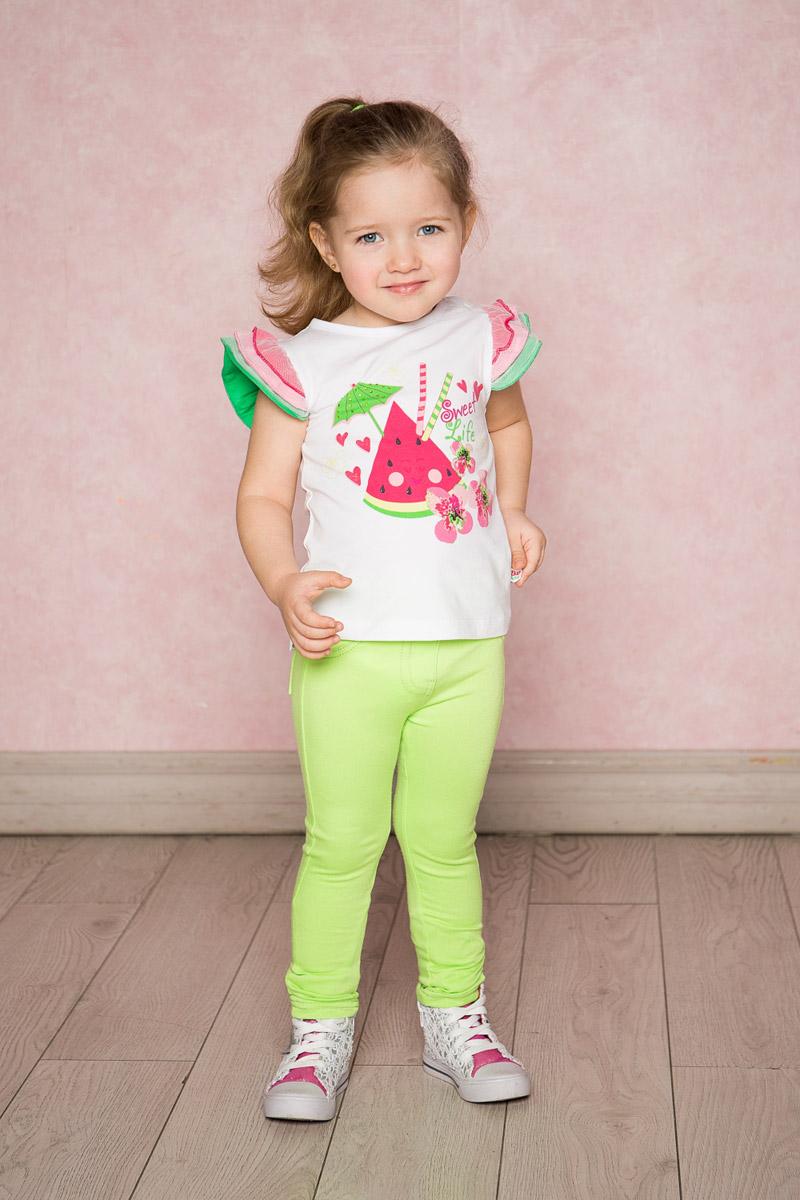 Футболка712101Яркая футболка для девочки Sweet Berry выполнена из качественного эластичного хлопка. Модель с круглым вырезом горловины и рукавами-крылышками в виде многослойных воланов контрастного цвета оформлена оригинальным принтом. Воротник дополнен мягкой эластичной бейкой.