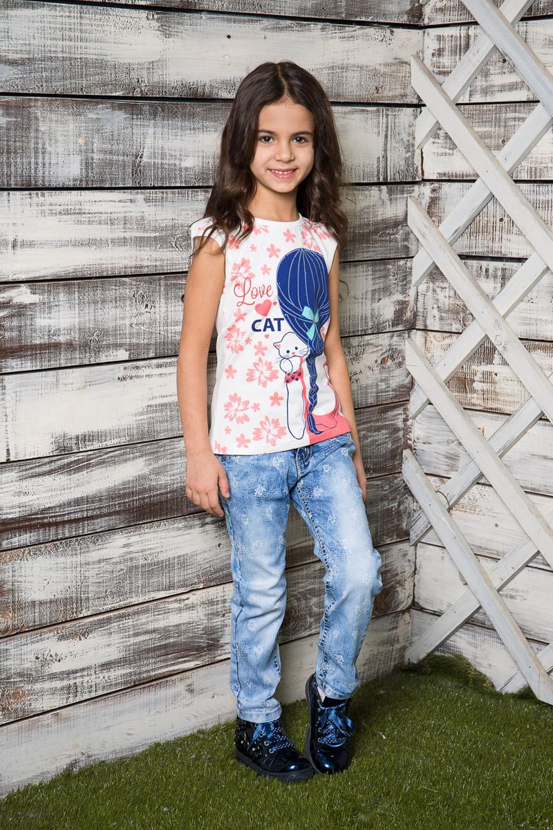 Футболка714014Яркая приталенная футболка для девочки Sweet Berry, выполненная из качественного эластичного хлопка, станет отличным дополнением к детскому гардеробу. Модель с круглым вырезом горловины оформлена оригинальным принтом и стразами. Воротник и проймы рукавов дополнены мягкой эластичной бейкой.
