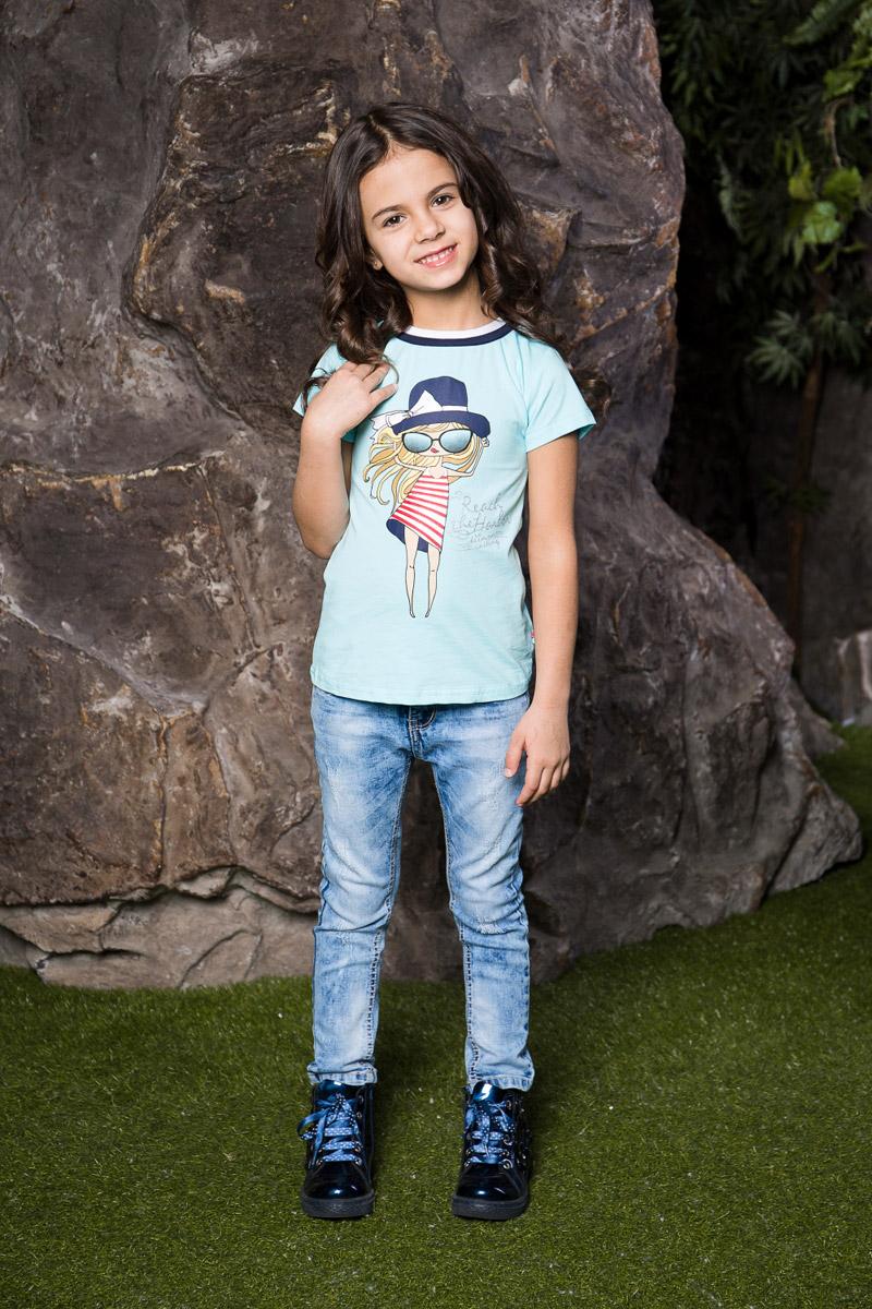 Футболка714079Яркая футболка для девочки Sweet Berry, выполненная из качественного эластичного хлопка, станет отличным дополнением к детскому гардеробу. Модель приталенного кроя с круглым вырезом горловины оформлена оригинальным принтом и глиттерной надписью. Воротник дополнен двухслойной эластичной бейкой контрастных цветов.
