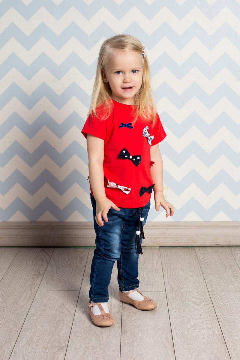 Футболка712064Яркая футболка для девочки Sweet Berry выполнена из качественного эластичного хлопка. Модель с круглым вырезом горловины и короткими рукавами-фонариками оформлена объемными бантиками. Воротник дополнен мягкой эластичной бейкой. На плече предусмотрены кнопки для легкого переодевания ребенка.