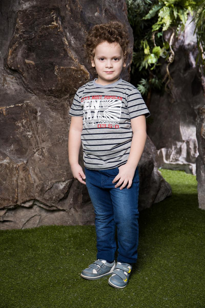 Футболка713013Яркая футболка для мальчика Sweet Berry, выполненная из качественного эластичного хлопка в полоску, станет отличным дополнением к детскому гардеробу. Модель с круглым вырезом горловины оформлена оригинальным принтом. Воротник дополнен мягкой трикотажной резинкой.