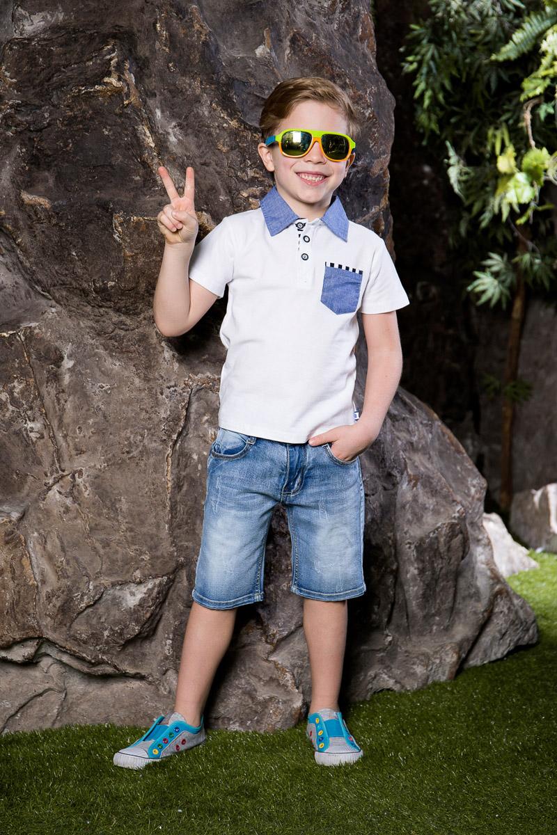 Шорты713087Стильные шорты для мальчика Sweet Berry выполнены из джинсового материала с эффектом потертостей. Шорты прямого кроя и стандартной посадки на талии застегиваются на пуговицу и имеют ширинку на застежке-молнии. На поясе имеются шлевки для ремня. С внутренней стороны пояс дополнен вшитыми эластичными лентами, регулирующими посадку по талии. Модель имеет два втачных и один прорезной кармашек спереди и два накладных кармана сзади.