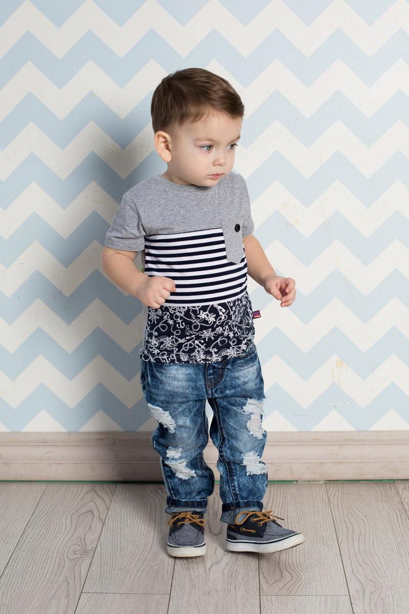 Футболка711068Стильная футболка для мальчика Sweet Berry выполнена из трикотажного материала с оригинальными комбинированными полосами из 3 видов тканей. На груди расположен небольшой функциональный кармашек с пуговкой. Воротник дополнен мягкой трикотажной резинкой.