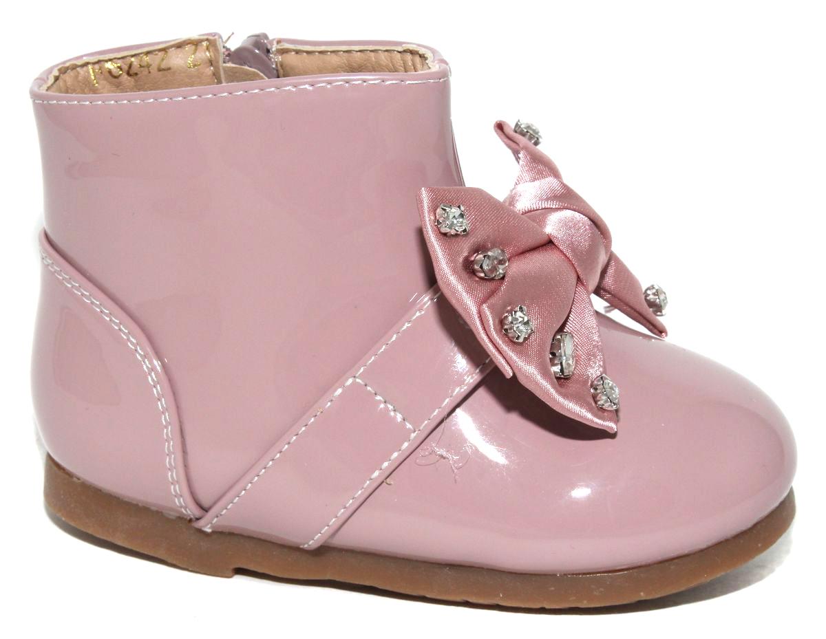 БотинкиF6242Стильные детские ботинки Капитошка для девочки выполнены из искусственной кожи. Изделие в области подъема украшено бантиком с стразами. Подкладка и стелька, выполненные из текстиля, обеспечат детским ножкам комфорт и уют. Сбоку модель застегивается на застежку-молнию. Удобные ботинки - необходимая вещь в гардеробе каждого ребенка.