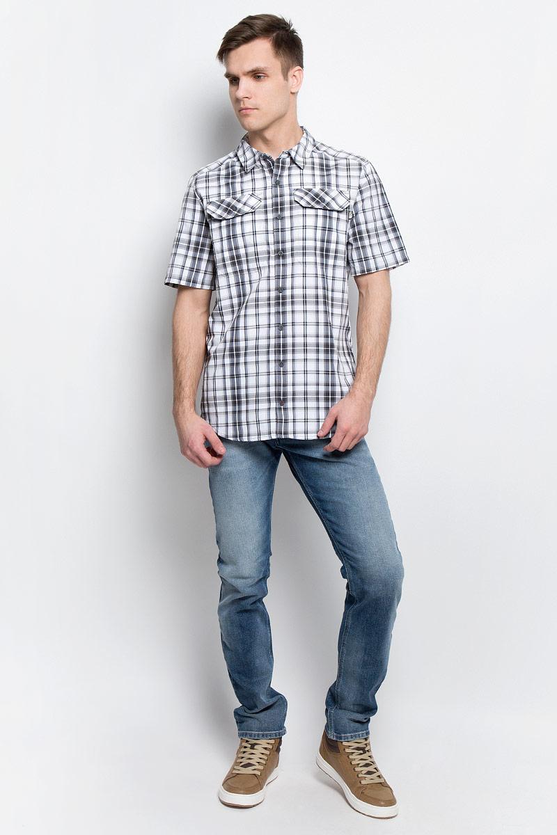 РубашкаT92S7XU34Мужская рубашка The North Face M S/S Pine Knot выполнена из полиэстера с добавлением нейлона. Рубашка с короткими рукавами и отложным воротником застегивается на пуговицы спереди. Рубашка оформлена принтом в клетку. На груди расположены два накладных кармана с клапанами на пуговицах.