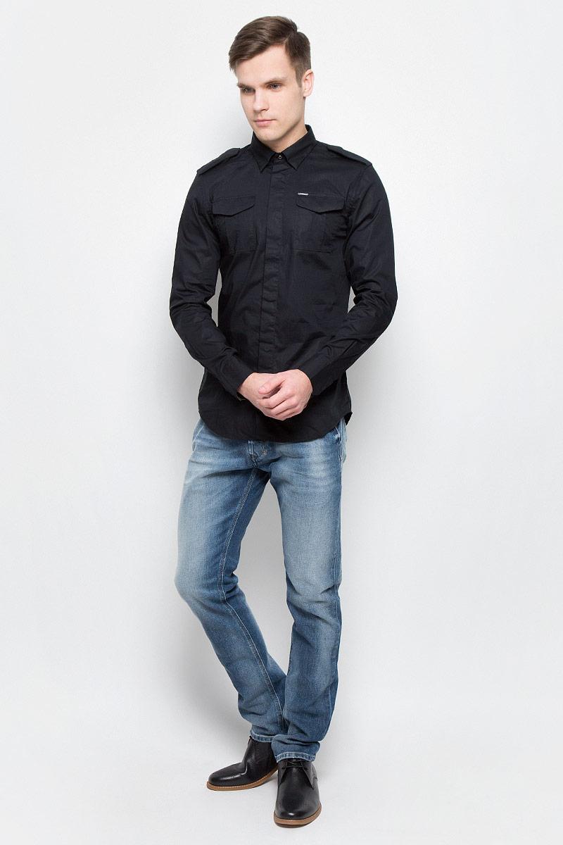 Рубашка00SMS1-0IAKB/900Модная мужская рубашка в милитаристическом стиле Diesel изготовлена из хлопка с добавлением эластана. Модель имеет стандартные длинные рукава, отложной воротник, декоративные погоны и два нагрудных кармана. Рубашка застегивается на пуговицы, скрытые планкой. Модель выполнена в строгом однотонном дизайне и имеет приталенный силуэт.