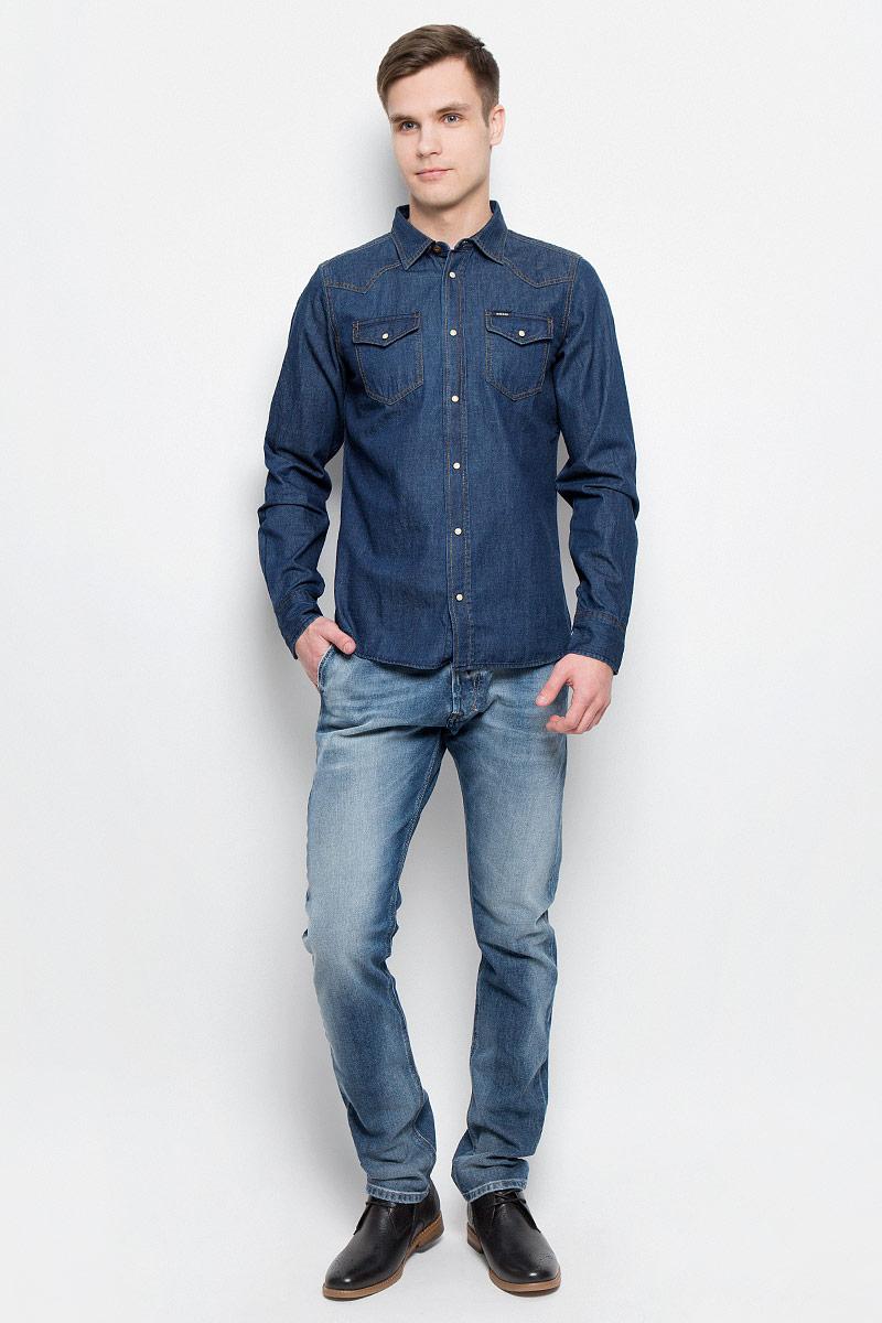 Рубашка00SS2T-0KANX/01Мужская джинсовая рубашка Diesel изготовлена из 100% хлопка. Модель имеет стандартные длинные рукава, отложной воротник и два нагрудных кармана. Рубашка застегивается на кнопки по всей длине. Манжеты рукавов застегиваются на пуговицу и кнопки. Задняя полочка модели удлиненная и закругленная. Модель выполнена в оригинальном дизайне.
