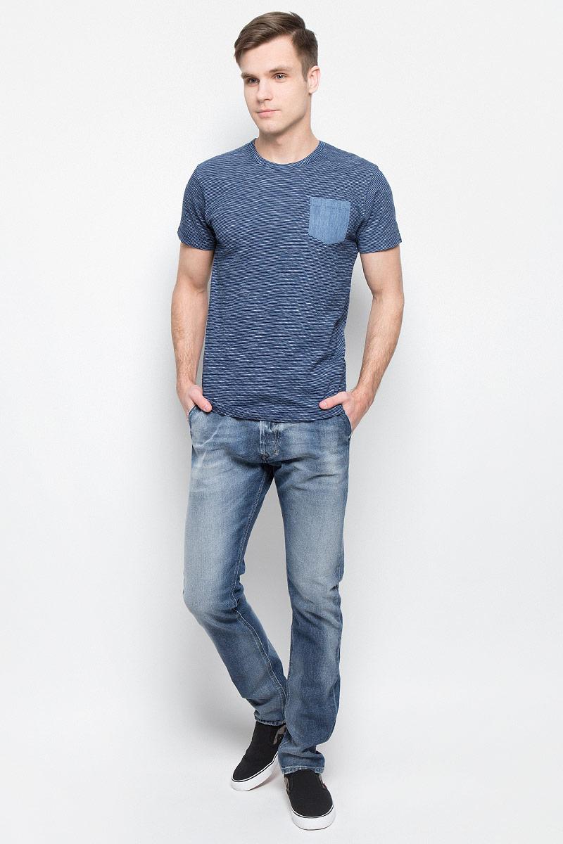 ФутболкаARTO-5649Мужская футболка Lee Cooper с короткими рукавами и круглым вырезом горловины выполнена из натурального хлопка. Футболка украшена контрастным принтом в полоску и дополнена небольшим нагрудным кармашком.