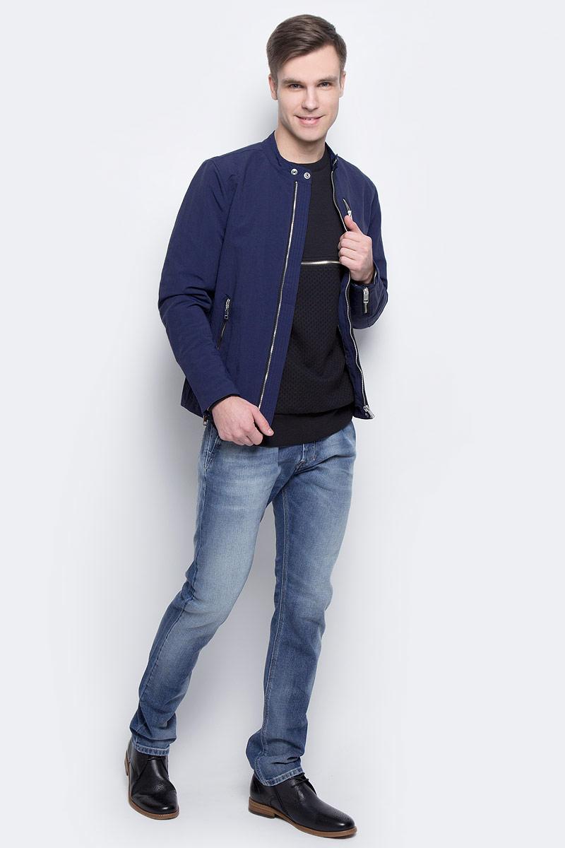 Куртка00SVTV-0EAOR/8ATСтильная мужская куртка Diesel изготовлена из 100% полиамида. Модель приталенного кроя застегивается на молнию по всей длине, имеет длинные стандартные рукава и три прорезных кармана на молнии. Манжеты рукавов также снабжены молниями. Воротник-стойка застегивается на кнопки. Нижняя часть куртки регулируется с помощью хлястиков на кнопках.