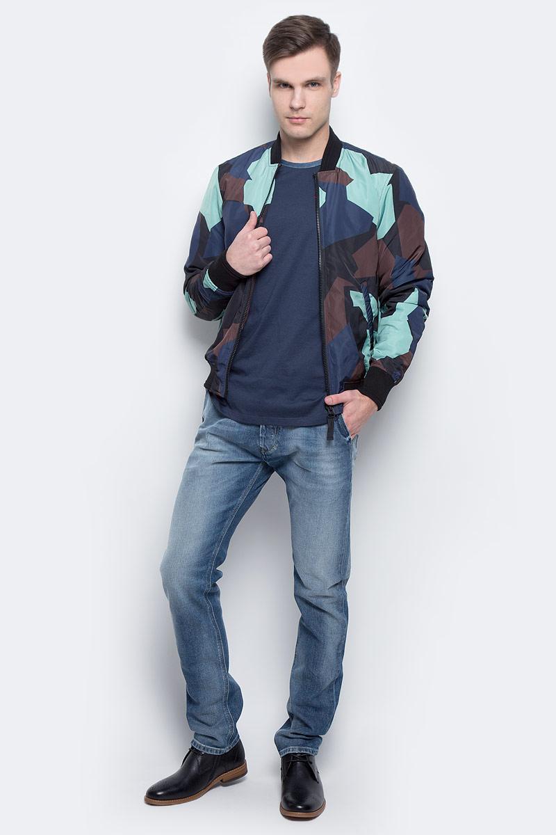 Куртка00SVU2-0QAPC/5EBСтильная мужская куртка-бомбер Diesel изготовлена из 100% полиэстера. Модель застегивается на молнию по всей длине, имеет длинные стандартные рукава и два боковых прорезных кармана. Горловина, манжеты рукавов и низ куртки дополнены эластичным материалом. Модель украшена оригинальным принтом.