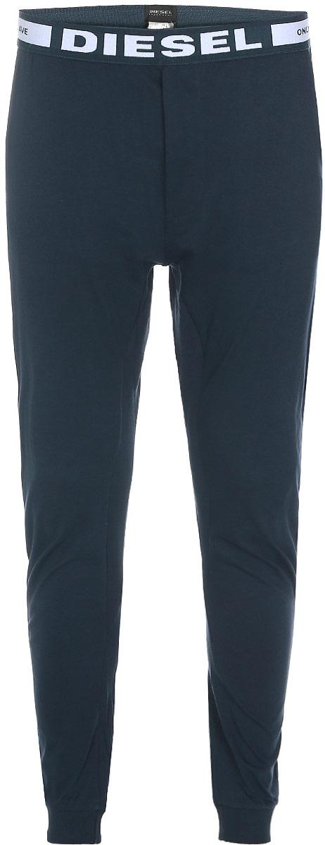Брюки для дома00SJ3J-0CALD/89DМужские брюки для дома Diesel изготовлены из 100% хлопка. Резинка на талии не сковывает движений и обеспечивает максимальный комфорт. Низ брючин отделан эластичным материалом. В боковых швах расположены карманы. Брюки выполнены в однотонном дизайне, а резинка украшена крупной надписью с названием бренда. В таких домашних брюках вам будет уютно и комфортно.