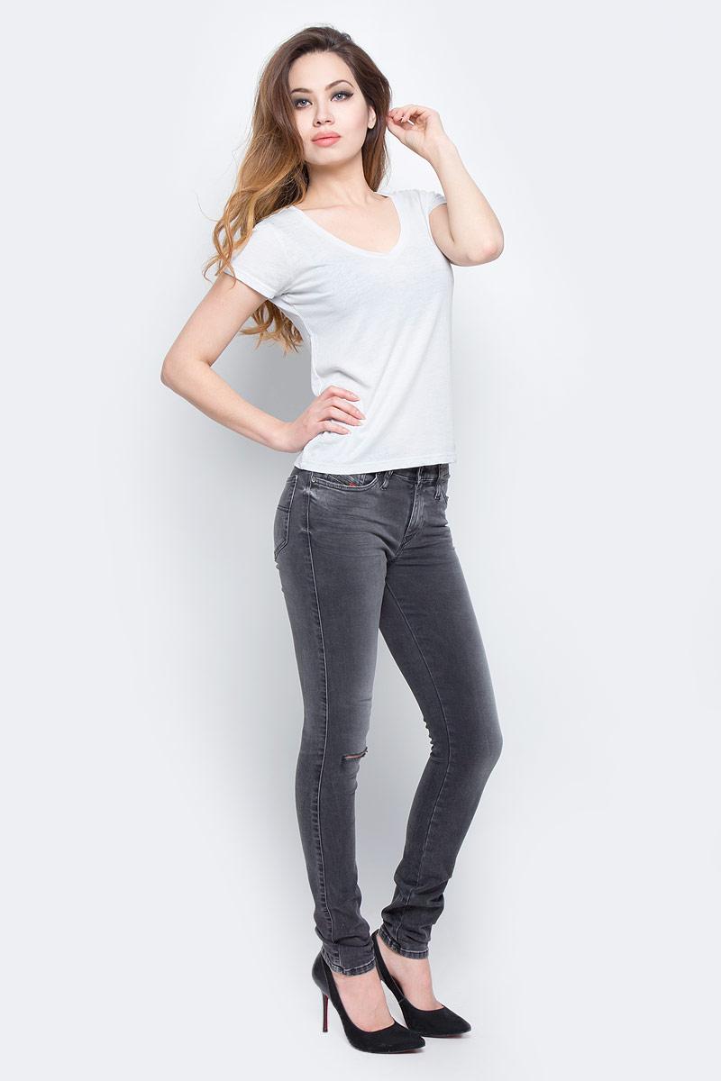 Джинсы00S142-0679P/02Стильные женские джинсы Diesel - это стрейчевые джинсы высочайшего качества на каждый день, которые прекрасно сидят. Модель изготовлена из хлопка и полиэстера с добавлением эластана, имеет силуэт skinny и стандартную талию. Застегиваются джинсы на пуговицу в поясе и ширинку на молнии, на поясе также имеются шлевки для ремня. Спереди модель дополнена двумя втачными карманами и небольшим накладным кармашком, а сзади - двумя накладными карманами. Изделие оформлено потертостями и рваным эффектом на коленях. Эти модные и в то же время комфортные джинсы послужат отличным дополнением к вашему гардеробу.